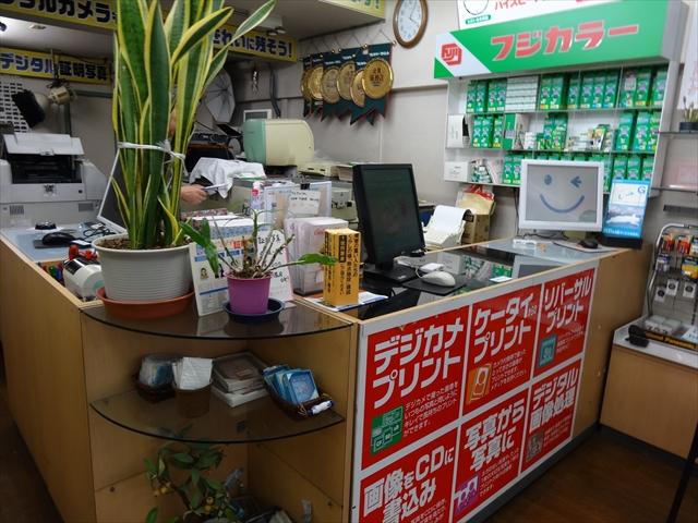 吹田市旭通商店街にある写真展、赤壁写真機店の店内