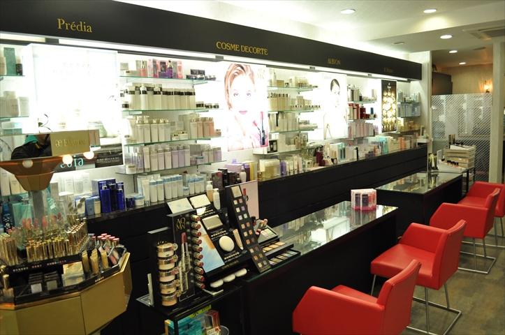吹田市旭通商店街にある化粧品店、ふじや化粧品店の店内