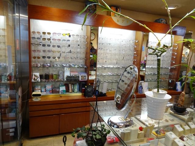 吹田市旭通商店街にある眼鏡屋、ヒグチの店内