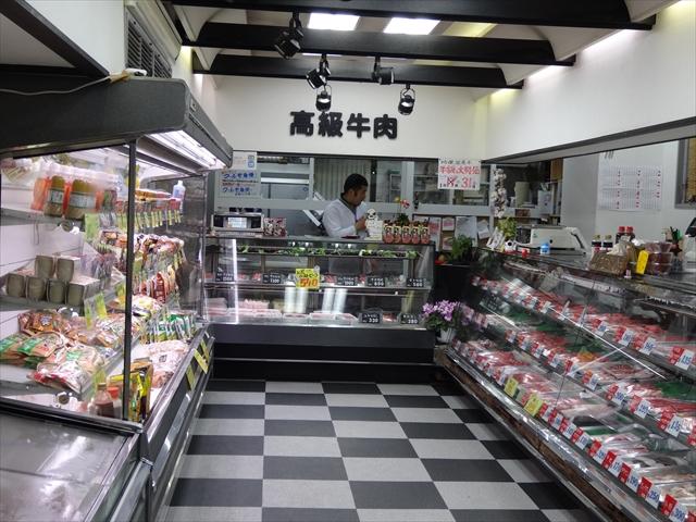 吹田旭通商店街にある精肉店、肉のいろはの店内