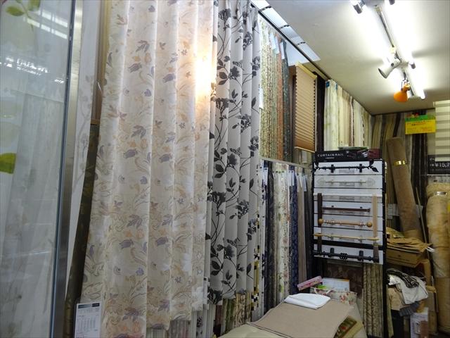 吹田市旭通商店街にあるオーダーカーテンの店、カンジ敷物店の店内