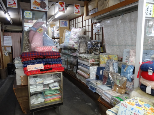 吹田市旭通商店街にある寝具店、キッコーヤ寝具店の店内