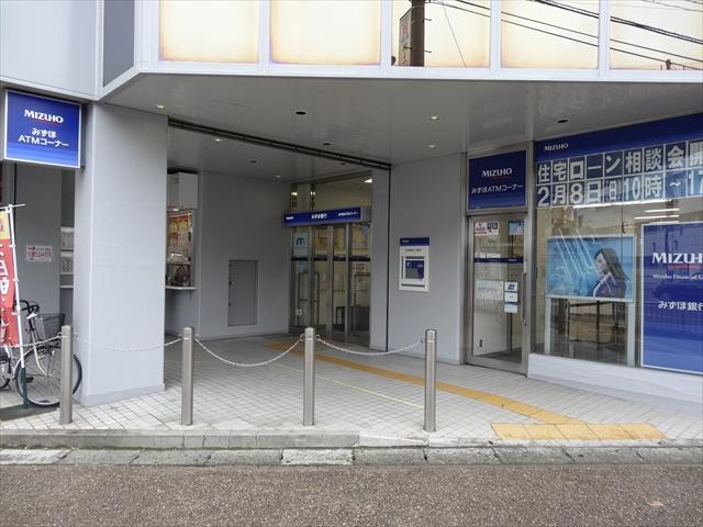 吹田市旭通商店街にある銀行、みずほ銀行吹田支店の外観