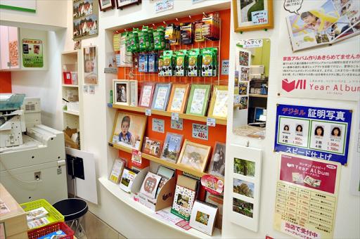 吹田市旭通商店街にあるプリント店、さんかくやの店内