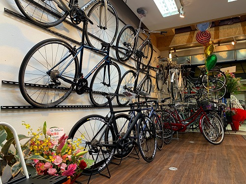 吹田市旭通商店街にある自転車店SmartBikesの店内