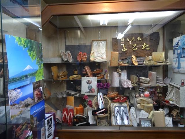 吹田市旭通商店街にある履物店、よこた履物店のショーケース